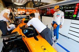 Carlos Sainz Jr., McLaren, stand by as Mechanics prepare his McLaren MCL34