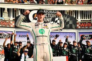 Ganador de la pole Austin Cindric, Team Penske, Ford Mustang MoneyLion
