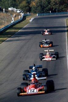 Эмерсон Фиттипальди, McLaren M23, Ники Лауда, Ferrari 312B3-74, и Джоди Шектер, Tyrrell 007