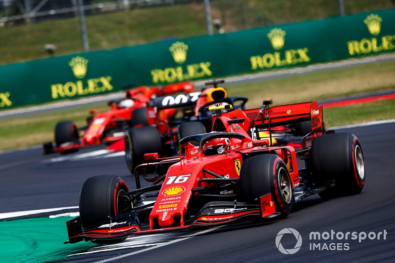 Charles Leclerc, Ferrari SF90 precede Max Verstappen, Red Bull Racing RB15 e Sebastian Vettel, Ferrari SF90