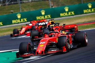 Charles Leclerc, Ferrari SF90 voor Max Verstappen, Red Bull Racing RB15 en Sebastian Vettel, Ferrari SF90