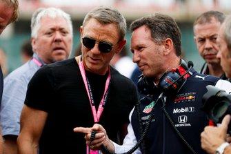 L'acteur Daniel Craig et Christian Horner, team principal de Red Bull Racing sur la grille