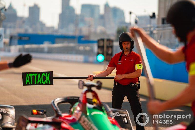 A mechanic holds Lucas Di Grassi, Audi Sport ABT Schaeffler, Audi e-tron FE05 in the pit lane