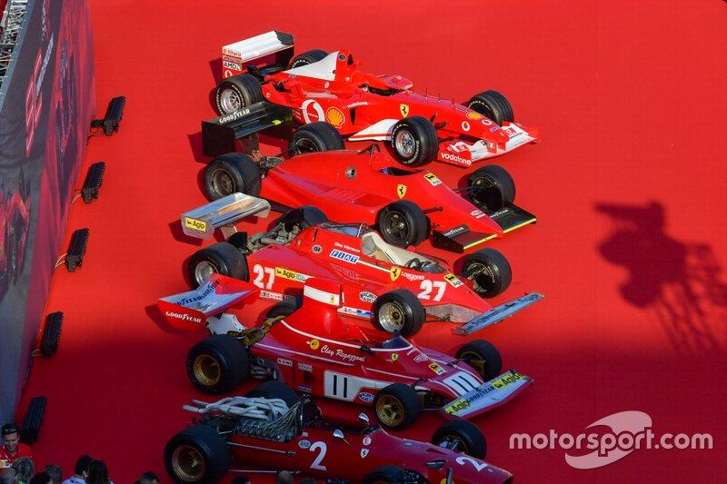 Exposição de carros históricos da Ferrari durante a festa de aniversário de 90 anos da escuderia, em Milão.