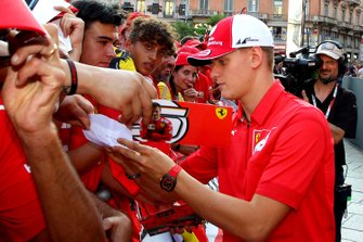 Mick Schumacher con i fan Ferrari