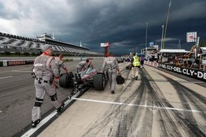 Will Power, Team Penske Chevrolet crew pushes the victorious car to the garage as weather moves in