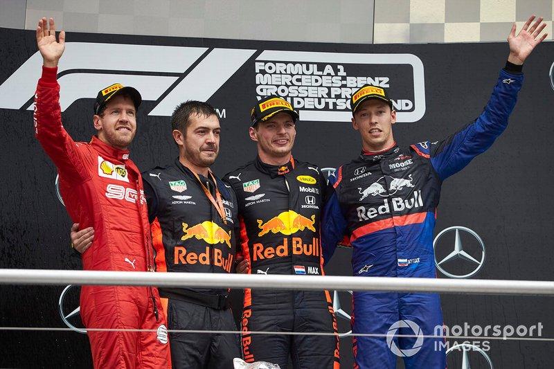 Podio: segundo lugar Sebastian Vettel, Ferrari, Guillaume Rocquelin, Jefe de carrera, Red Bull Racing, ganador de la carrera Max Verstappen, Red Bull Racing,y el tercer lugar Daniil Kvyat, Toro Rosso