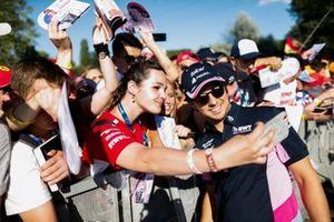 Sergio Perez, Racing Point fa un selfie con un fan