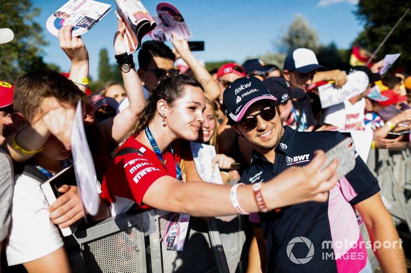 Sergio Perez, Racing Point firma un autógrafo para un aficionado