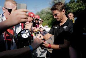 Romain Grosjean, Haas F1 firma un autografo ad un fan