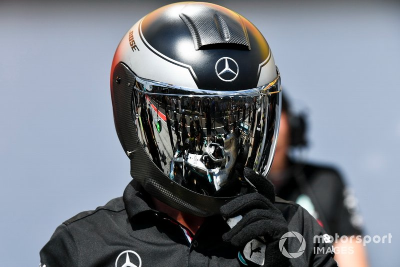 Un mécanicien Mercedes pendant une simulation d'arrêt au stand