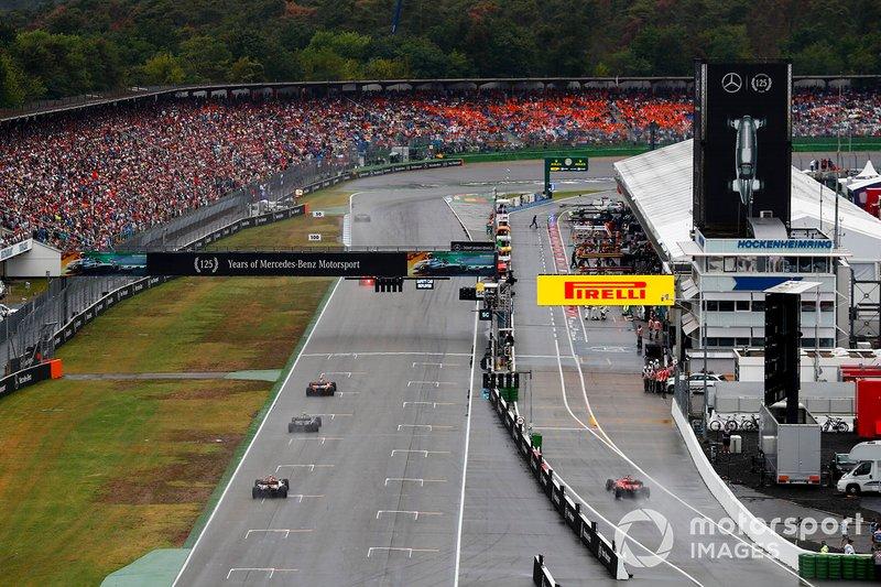Carlos Sainz Jr., McLaren MCL34, precede Kevin Magnussen, Haas F1 Team VF-19, and Antonio Giovinazzi, Alfa Romeo Racing C38
