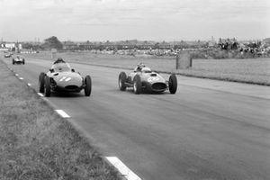 Tony Brooks, Vanwall; Stirling Moss, Vanwall y Mike Hawthorn, Ferrari