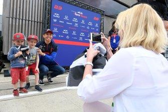 Alexander Albon, Toro Rosso, posa con un fan