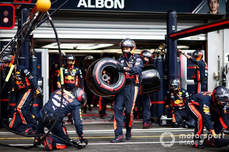 El equipo de boxes de Red Bull toma sus posiciones