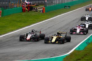 Carlos Sainz Jr., Renault Sport F1 Team RS 18, en lutte avec Romain Grosjean, Haas F1 Team VF-18, devant Esteban Ocon, Racing Point Force India VJM11, Lance Stroll, Williams FW41, et Sergey Sirotkin, Williams FW41