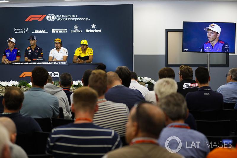 Pierre Gasly, Toro Rosso, Daniel Ricciardo, Red Bull Racing, Fernando Alonso, McLaren, y Carlos Sainz Jr., Renault Sport F1 Team, en rueda de prensa