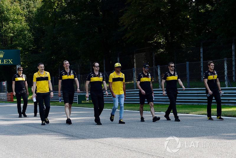Carlos Sainz Jr., Renault Sport F1 Team, ispeziona il circuito