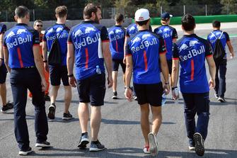 Brendon Hartley, Scuderia Toro Rosso et Pierre Gasly, Scuderia Toro Rosso parcourent la piste à pied