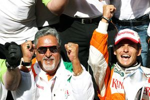 Il Dr. Vijay Mallya, proprietario del Force India F1 Team, festeggia con il team il secondo posto di Giancarlo Fisichella, Force India F1