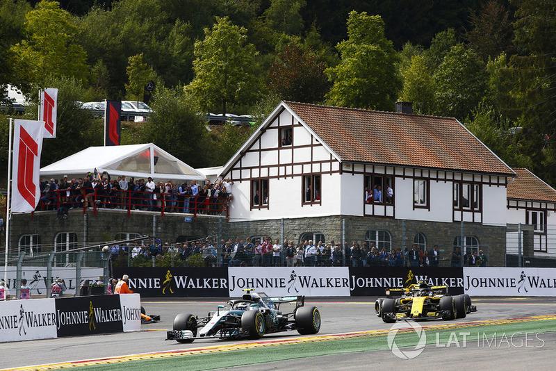 Valtteri Bottas, Mercedes AMG F1 W09, za nim Nico Hülkenberg, Renault Sport F1 Team R.S. 18, okrążenie rozgrzewkowe