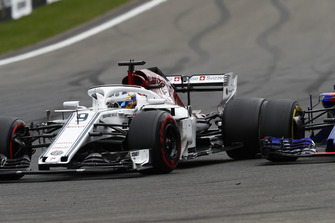 Marcus Ericsson, Sauber C37, dépasse Brendon Hartley, Toro Rosso STR13