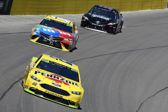Ryan Blaney, Team Penske, Ford Fusion PPG, Kyle Busch, Joe Gibbs Racing, Toyota Camry M&M's