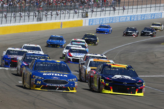 William Byron, Hendrick Motorsports, Chevrolet Camaro AXALTA e Michael McDowell, Front Row Motorsports, Ford Fusion Speedco/Rotella