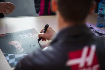 Romain Grosjean, Haas F1 Team signe des autographes