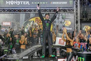 Kurt Busch, Stewart-Haas Racing, Ford Fusion Monster Energy / Haas Automation en victory lane