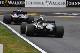 Lewis Hamilton, Mercedes AMG F1 W09 et Brendon Hartley, Scuderia Toro Rosso STR13