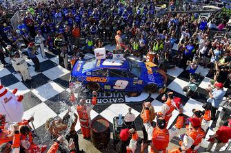 Chase Elliott, Hendrick Motorsports, Chevrolet Camaro SunEnergy1 celebrates in victory lane