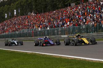 Carlos Sainz Jr., Renault Sport F1 Team R.S. 18 et Brendon Hartley, Scuderia Toro Rosso STR13