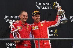 Sebastian Vettel, Ferrari e David Sanchez, Ferrari, festeggia sul podio con i trofei