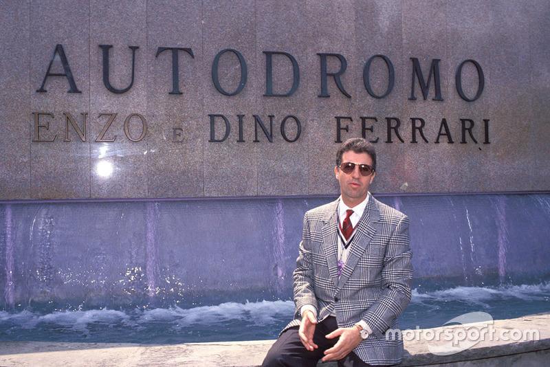 Imola 1989, Piero Ferrari davanti al monumento dedicato al padre Enzo e al fratello Dino Ferrari