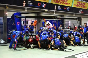 Brendon Hartley, Scuderia Toro Rosso STR13 au stand