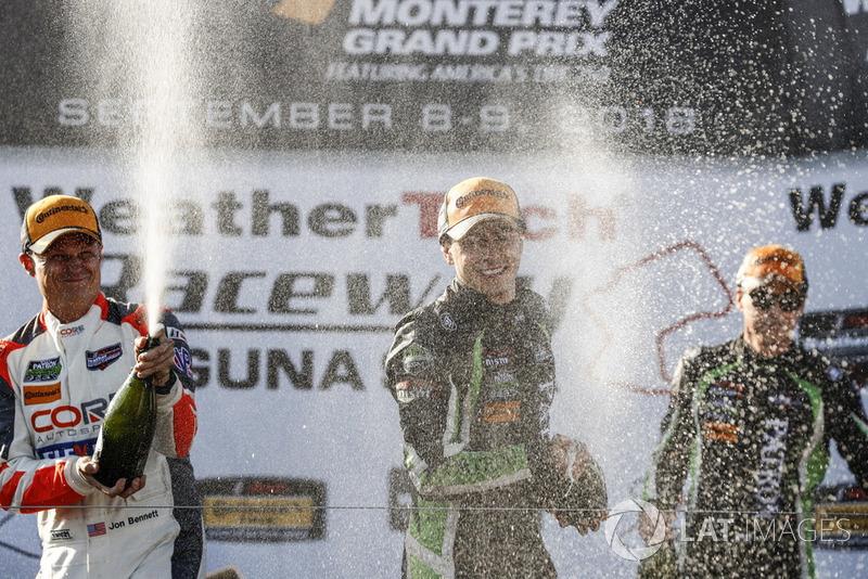 #54 CORE autosport ORECA LMP2, P: Jon Bennett, Colin Braun, #22 Tequila Patron ESM Nissan DPi, P: Pipo Derani, Johannes van Overbeek, #6 Acura Team Penske Acura DPi, P: Dane Cameron, Juan Pablo Montoya, sul podio con lo champagne