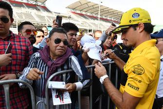Carlos Sainz Jr., Renault Sport F1 Team, signe des autographes