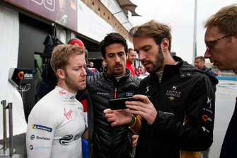 Sam Bird, Envision Virgin Racing, Lucas Di Grassi, Audi Sport ABT Schaeffler, Jean-Eric Vergne, DS TECHEETAH, Sylvain Filippi, Managing Director, Envision Virgin Racing watch footage of the track conditions on a phone