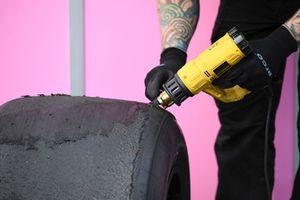 Un pneu Pirelli et un ingénieur de la marque