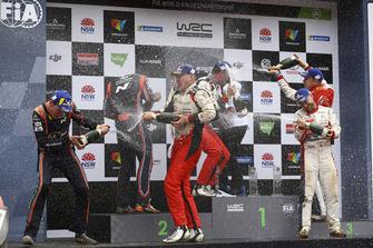 Подиум: победители Яри-Матти Латвала и Миикка Анттила, Toyota Gazoo Racing WRC, второе место – Хейден Пэддон и Себастьян Маршалл, Hyundai Motorsport, третье место – Мадс Остберг и Торстейн Эриксен, Citroën World Rally Team