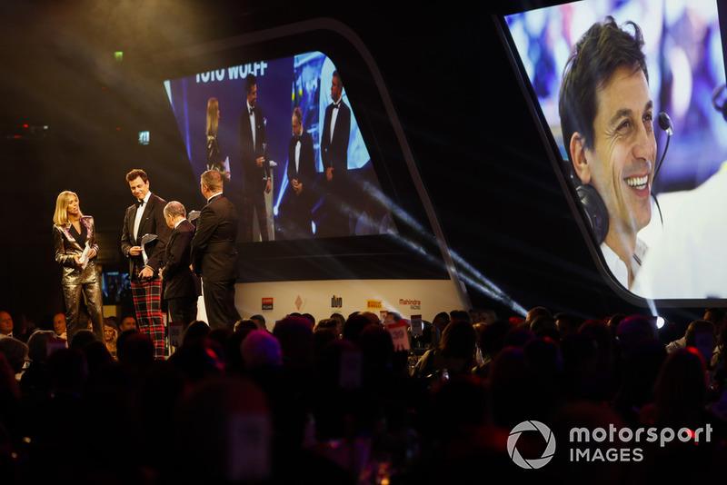 Toto Wolff recibe el Premio John Bolster con Nicki Shields y Jean Todt