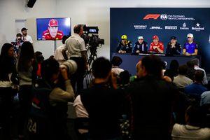 Un caméraman filme Carlos Sainz Jr., Renault Sport F1 Team, Sergio Perez, Force India, Kimi Raikkonen, Ferrari, Max Verstappen, Red Bull Racing, et Pierre Gasly, Toro Rosso, lors de la conférence de presse