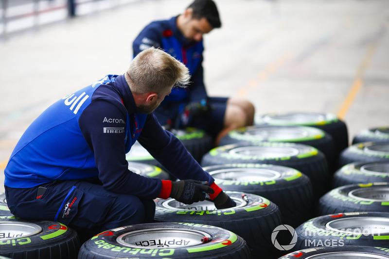 Mekanik Toro Rosso memeriksa ban intermediate Pirelli