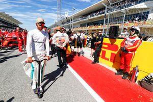 Lewis Hamilton, Mercedes AMG F1, in griglia di partenza con un monopattino