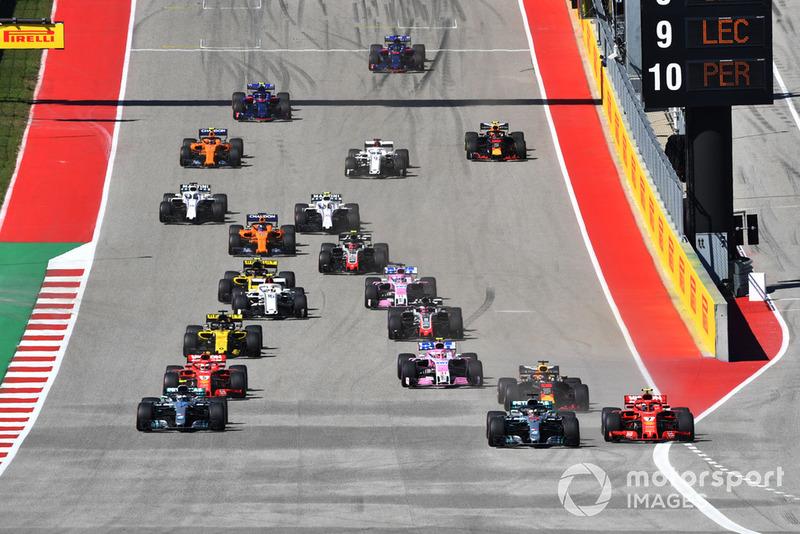 Kimi Raikkonen, Ferrari SF71H et Lewis Hamilton, Mercedes-AMG F1 W09 EQ Power+ en lutte au départ
