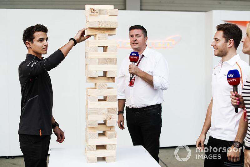 Пилоты McLaren Ландо Норрис и Стоффель Вандорн играют в дженгу