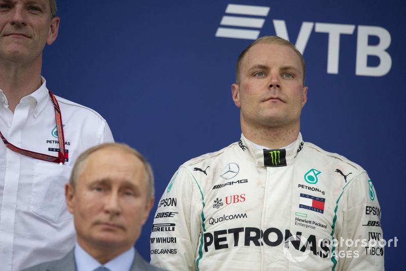 James Allison, Director Técnico de Mercedes AMG F1, Valtteri Bottas, Mercedes AMG F1 y Vladimir Putin, Presidente de Rusia en el podio