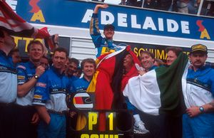 Michael Schumacher, Benetton viert feest met Flavio Briatore, Tom Walkinshaw en het team