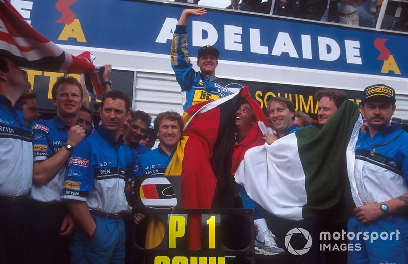 Michael Schumacher, Benetton fête son titre avec Flavio Briatore, Tom Walkinshaw et l'équipe